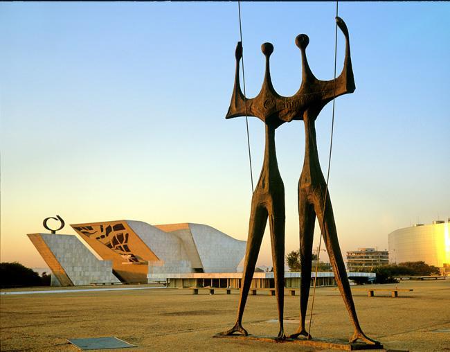 Girogi - Dois Candangos Monument in Brasilia